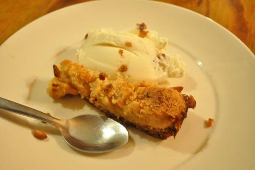 Apple crumble cake with gelato